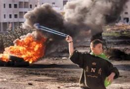 Palestinski divljak iživljava se nad izraelskim tenkom